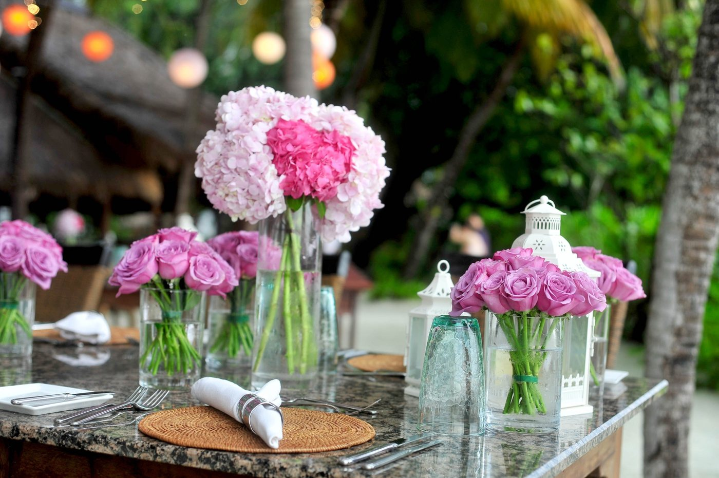 Table with pink bouquets of flowers